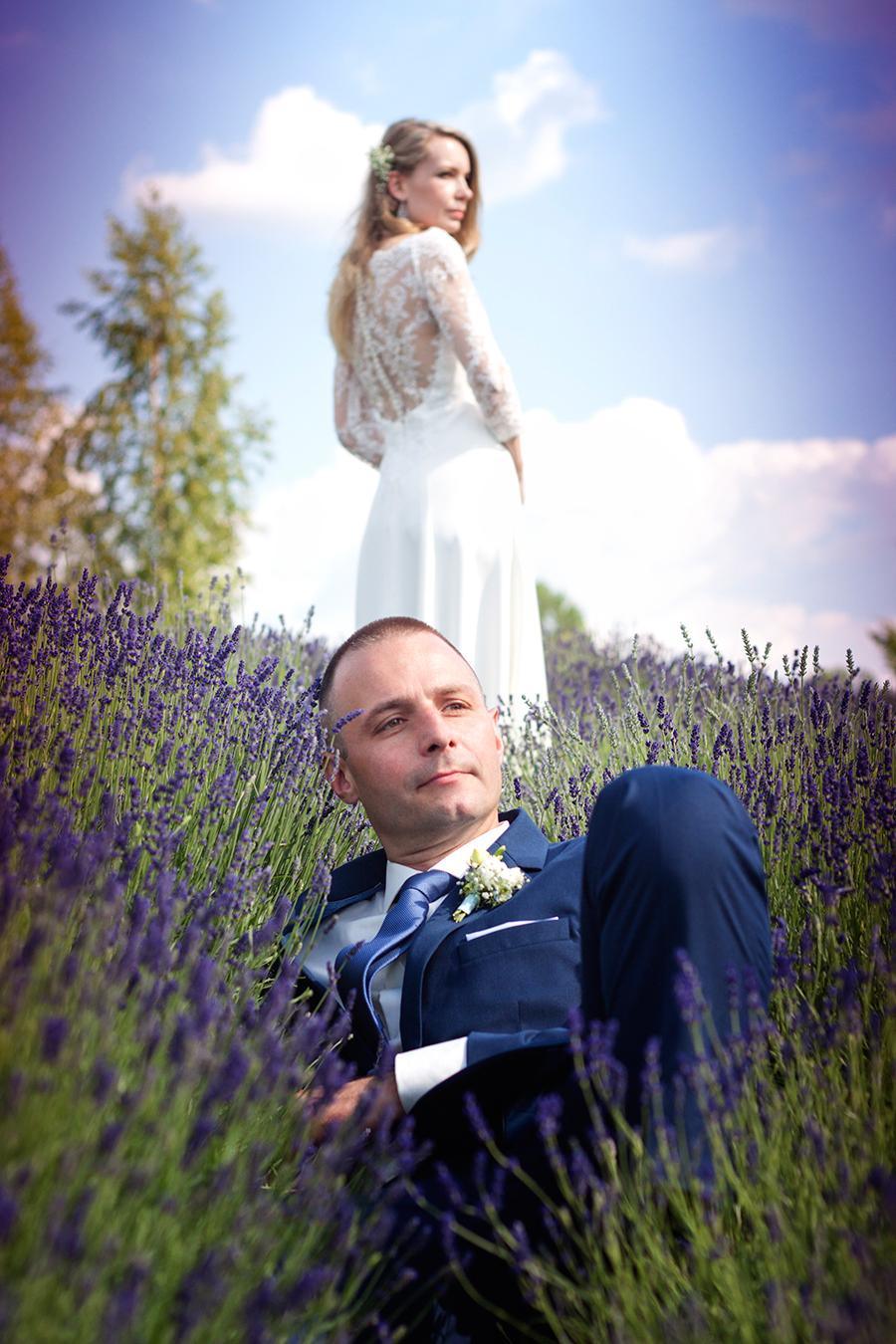 Miejsce sesji, to ogród, który tonie w odcieniach fioletu i zapachu lawendy. Jest to wymarzone miejsce na zdjęcia ślubne.
