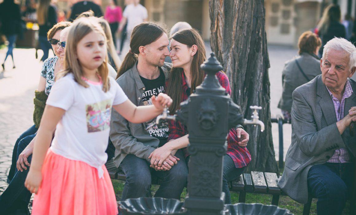 Sesja zdjęciowa pary, która odbyła się w Rzeszowie. Centrum Rzeszowa, bulwary, tęczowy most. Sesja narzeczeńska.