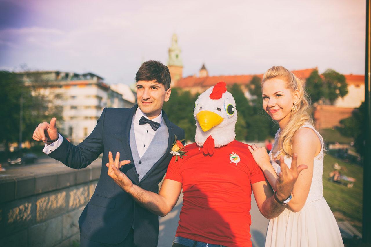 Zdjęcie ślubne z ptaszkiem Krakowiskim. Sesja ślubna na Wawelu. Zdjęcia ślubne wykonane w Krakowie na Wawelu Fotograf ślubny z Krakowa. Profesjonalne zdjęcia ślubne.