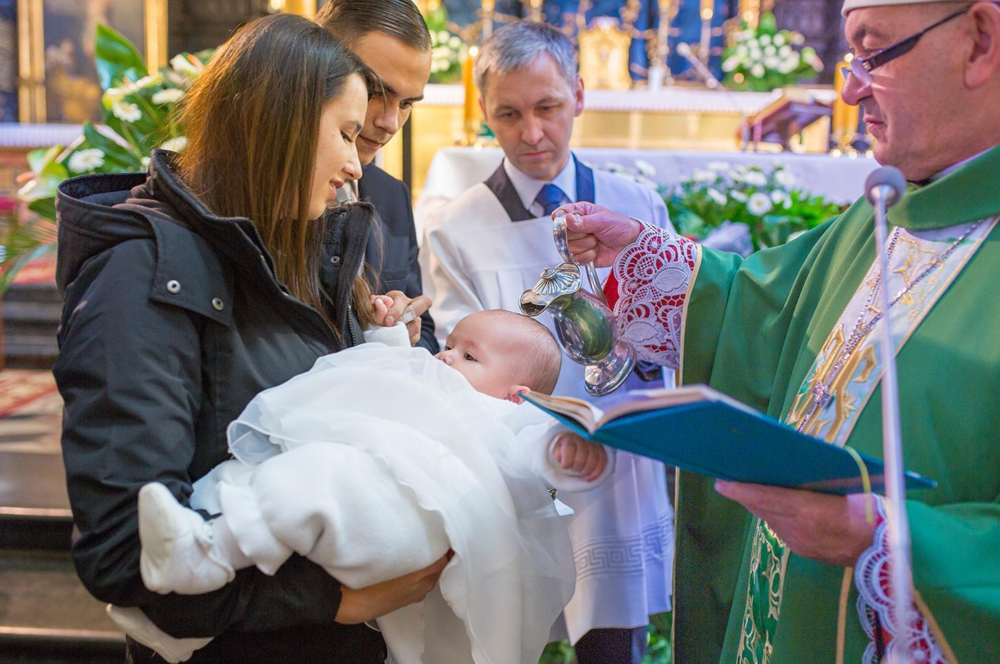 Chrzest odbył się w Kościele Mariackim w Krakowie. Był to magiczny fotoreportaż: dużo dzieci, piękny kościół w barwach złota.
