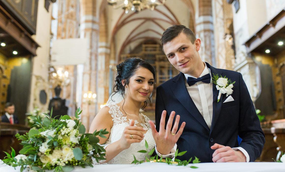 Parę Młodą z poniższego reportażu ślubnego poznałam na sesji narzeczeńskiej. Ślub Justyny i Przemka odbył się w pięknej bazylice w Olkuszu.