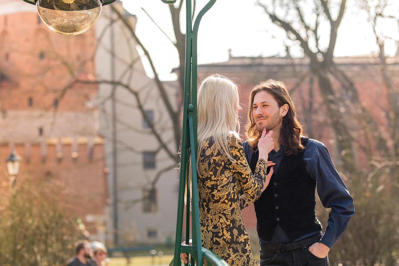 Sesja dla pary była rozdzielona na 3 stylizacje. Pierwsza była wykonana w przepięknej knajpce na Kazimierzu, o nazwie Dawno temu. Urocze miejsce, wystylizowane na dawne, stare czasy.