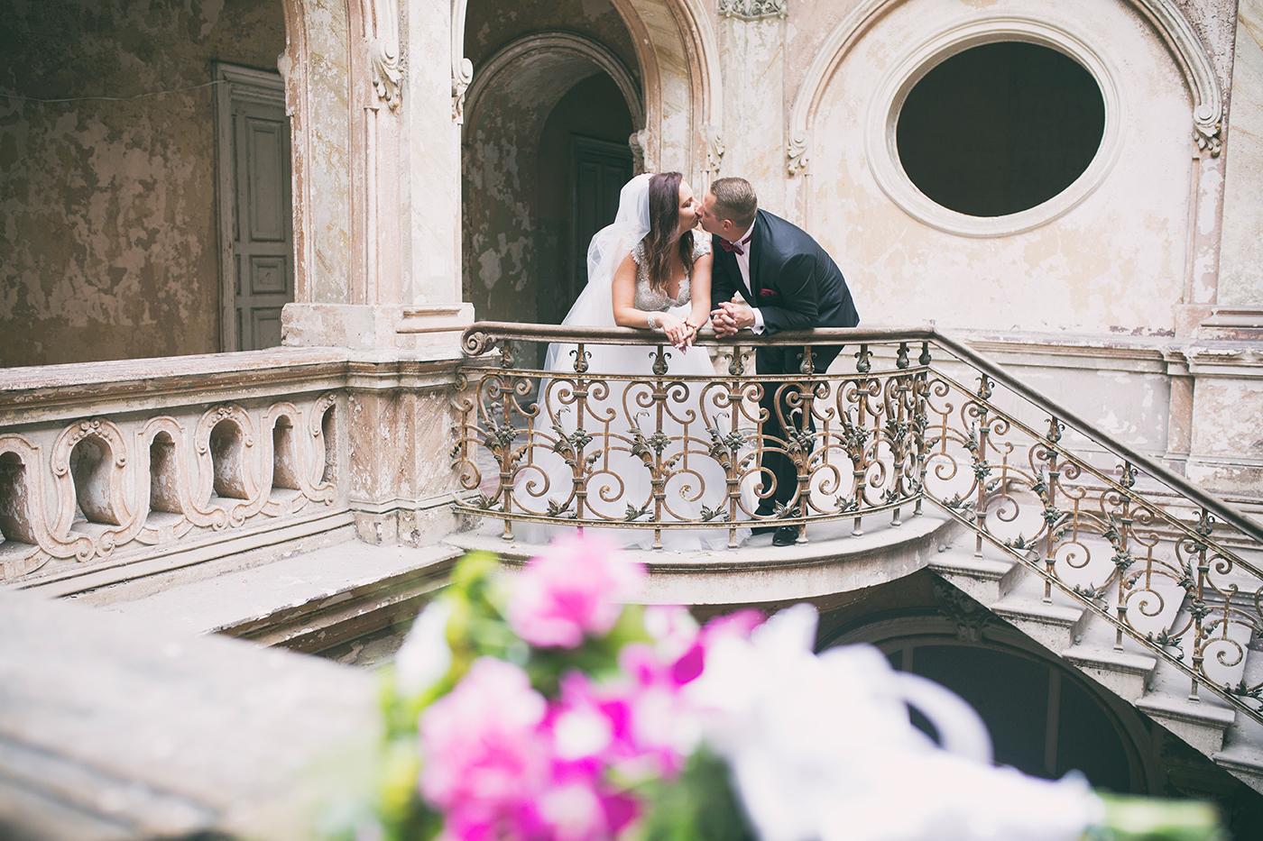 Spontaniczna sesja ślubna w Zespół pałacowo-parkowy w Krowiarkach. Bardzo ciekawy plener na sesje, gdy pogoda nie dopisuje.