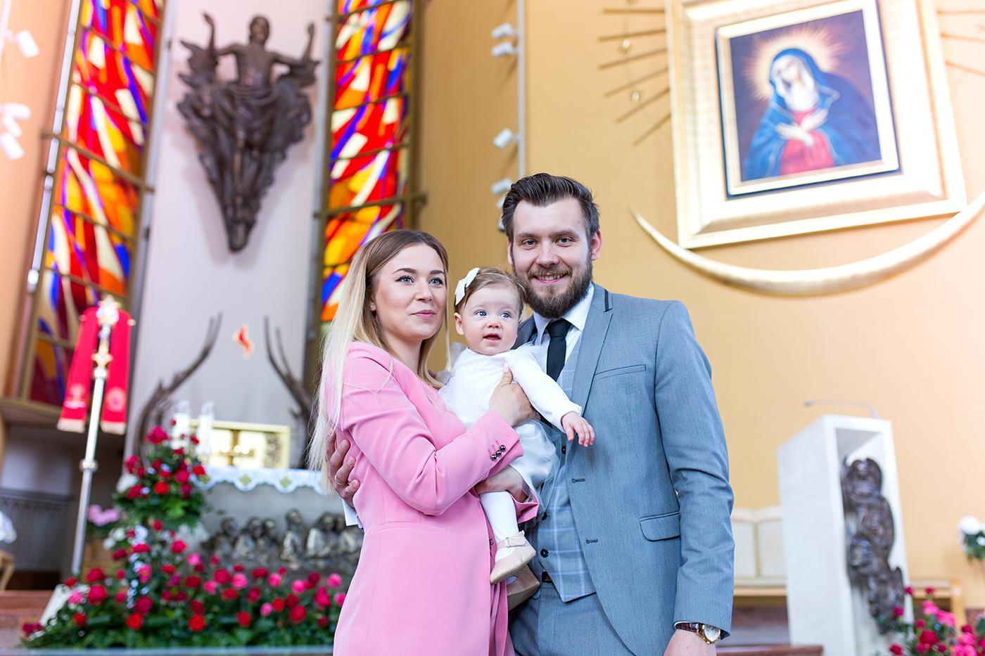 W piękny, słoneczny dzień miałam przyjemność uwiecznić na zdjęciach uroczystość Chrztu Świętego ślicznej Melanii. Chrzest odbył się w nowoczesnym kościele.