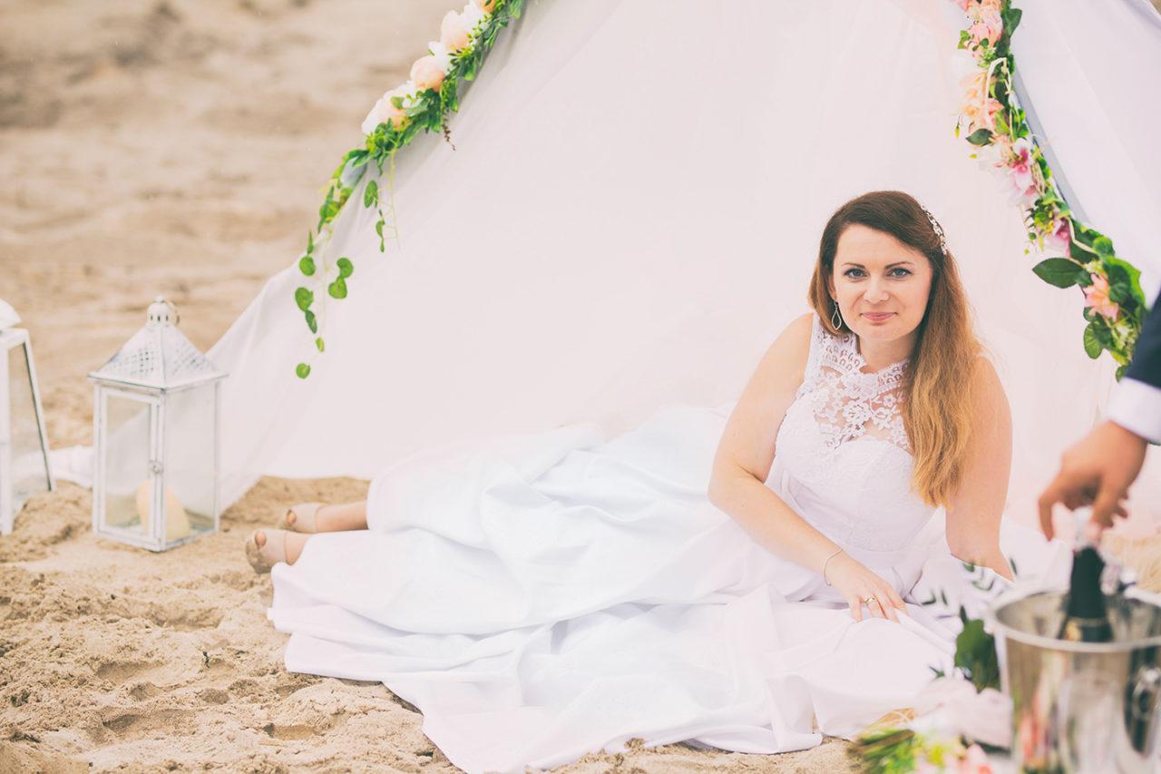 Sesja ślubna wykonana na Pustyni Błędowskiej. Plner ślubny stylizowany na pustyni. Piękna stylizacja ślubna. Namiot w kwiaty. Piknik z namiotem. Romantyczna stylizacja. Fotograf ślubny z Krakowa. Sesja ślubna w okolicach Krakowa.