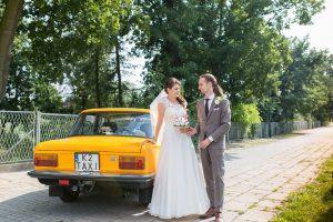 Fotoreportaż ze ślubu w stylu retro. Styl retro na ślubie. Fiat 125p samochód ślubny. Profesjonalne zdjęcia ślubne w małopolsce.