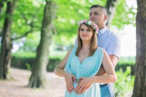 Sesja ciążowa Zosi i Rafała odbyła się w malowniczym parku. Magiczny zakątek, lekko pod Krakowem. Park znajduje się w Mogilanach.