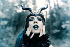 Pierwszą Halloweenową stylizacje nazwałabym stylizacją pod Marilyn'a Manson'a z teledysku The Nobodies. A drugą….. Diabolina w bardziej bajkowej wersji! Zapraszam do obejrzenia pierwszej stylizacji!