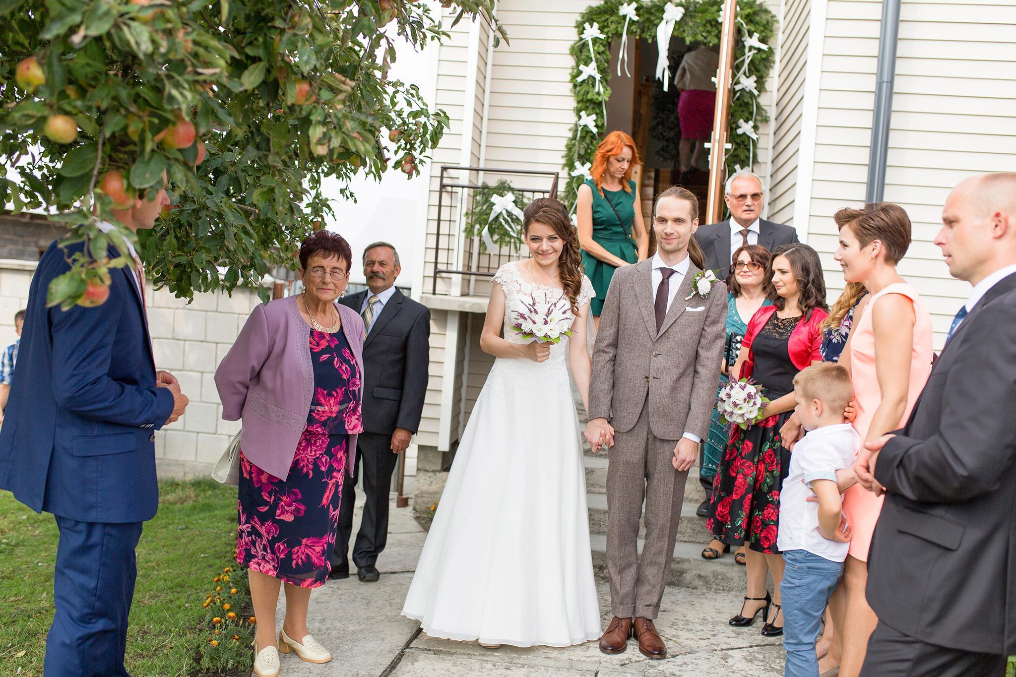 Gdy zajechałam do Jędrzejowa, na miejsce ślubu Moniki i Grześka, przywitał mnie prześliczny retro samochód. Uwielbiam retro klimaty. Swoją pracę zaczęłam od przygotowań Pana Młodego.