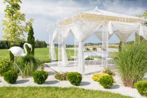 Pięknego, upalnego dnia odbył się romantyczny ślub plenerowy Angeliki i Jacka. Ceremonia zaślubin odbyła się pod śliczną altanką.