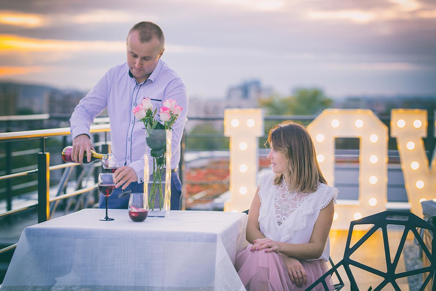 Kolejna sesja na dachu. Tym razem z zachodem słońca i popularnym w tym roku napisem love. Romantyczna kolacja na dachu przy zachodzie słońca – zapraszam do oglądania.